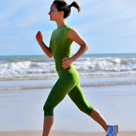 stock-photo-girl-jogging-on-the-beach-17674564 carré
